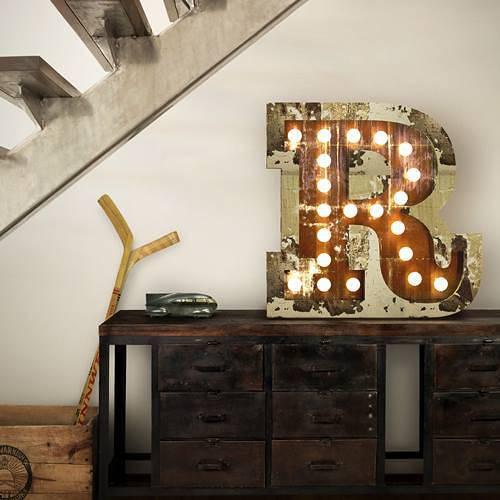 Decoración-vintage-con-letras-luminosas-para-la-casa